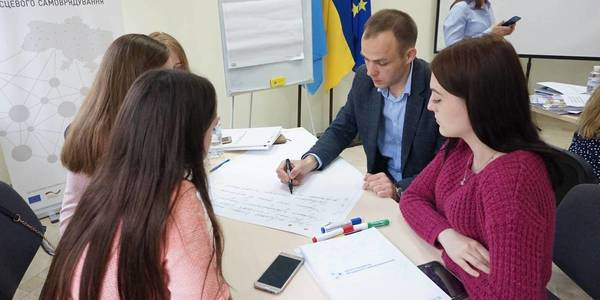Amalgamated hromadas compete well with cities for young professionals by salary and working conditions