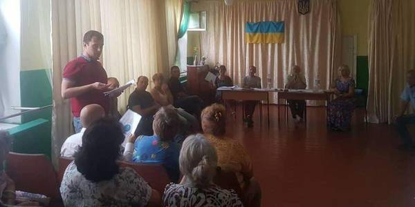 Who is blocking amalgamation processes in the village neaby Mariupol?
